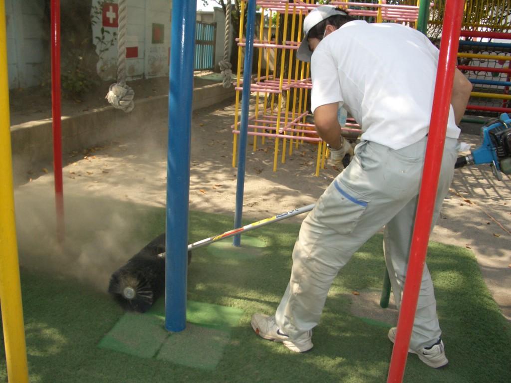 芝目に入った園庭の砂をエンジンブラッシングでかきだします。