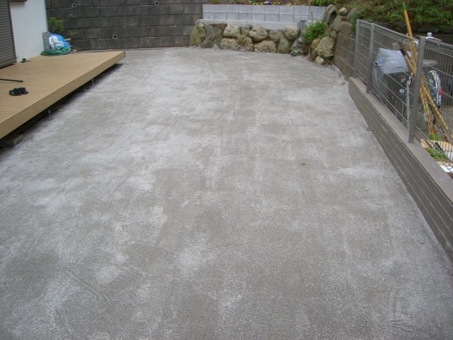石灰ダスト(水捌けの良い砂)を均等に撒き均して、土台修正完了です。