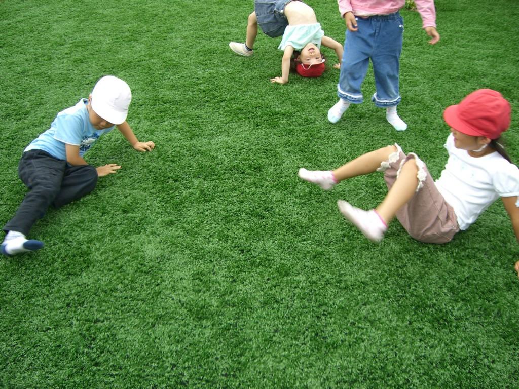 人工芝で遊ぶお子様達